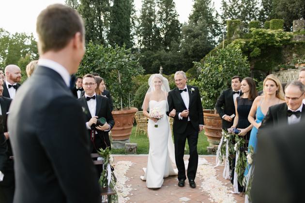Father walks bride down the aisle at the Castello di Vincigliata