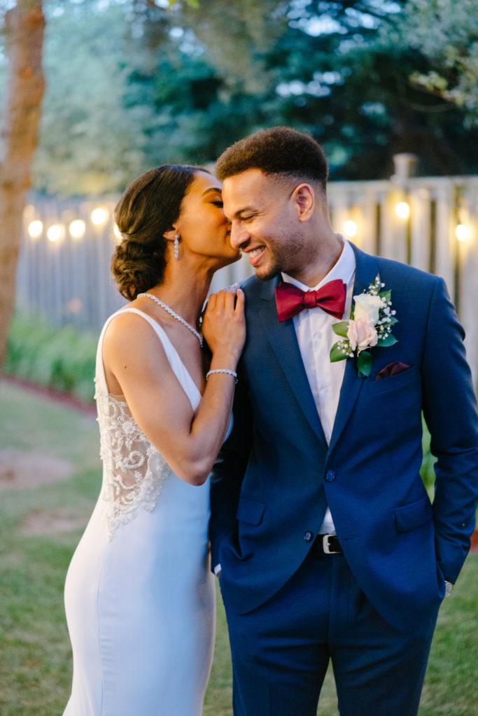 """Duas enfermeiras dizem """"sim"""" ao casamento do pequeno quintal micro durante Covid -19 68"""