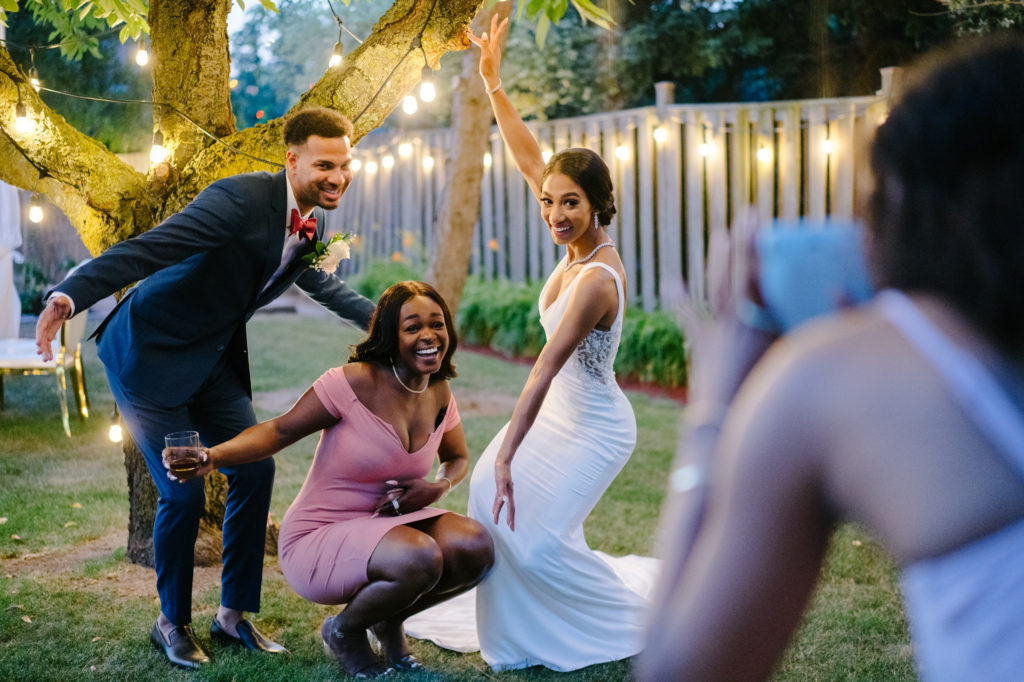 """Duas enfermeiras dizem """"sim"""" ao casamento do pequeno quintal micro durante Covid -19 69"""