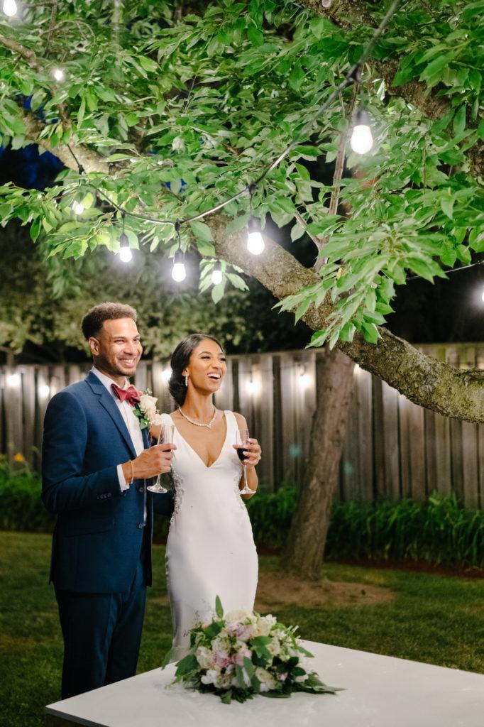 """Duas enfermeiras dizem """"sim"""" ao casamento do pequeno quintal micro durante Covid -19 70"""