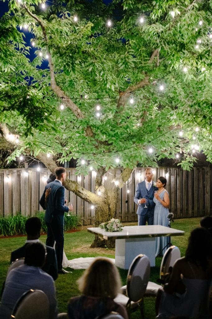 """Duas enfermeiras dizem """"sim"""" ao casamento do pequeno quintal micro durante Covid -19 71"""
