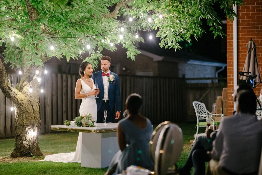 """Duas enfermeiras dizem """"sim"""" ao casamento do pequeno quintal micro durante Covid -19 72"""