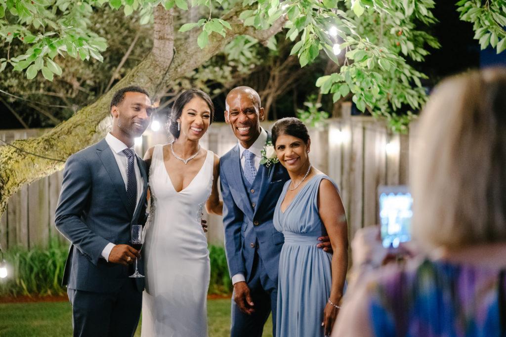 """Duas enfermeiras dizem """"sim"""" ao casamento do pequeno quintal micro durante Covid -19 75"""