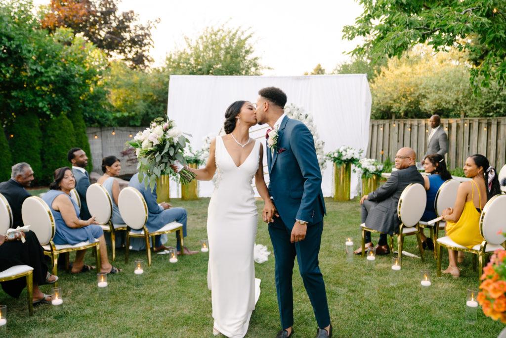 """Duas enfermeiras dizem """"sim"""" ao casamento do pequeno quintal micro durante Covid -19 60"""