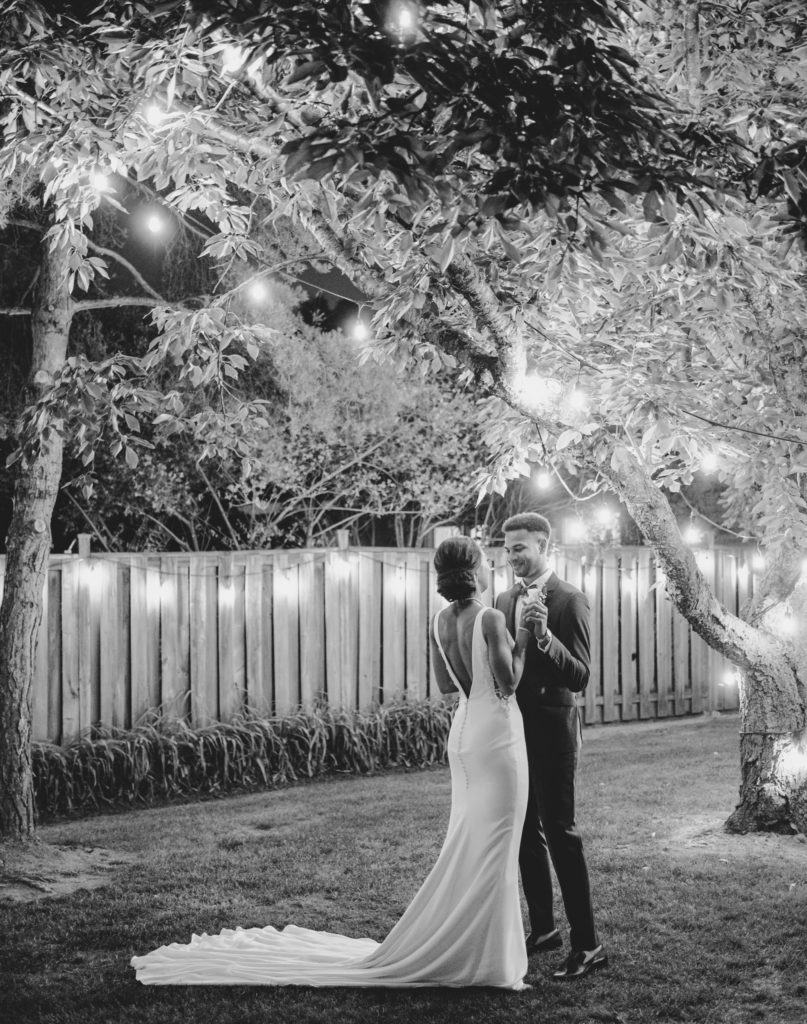 """Duas enfermeiras dizem """"sim"""" ao casamento do pequeno quintal micro durante Covid -19 79"""