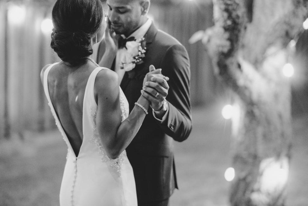 """Duas enfermeiras dizem """"sim"""" ao casamento do pequeno quintal micro durante Covid -19 80"""