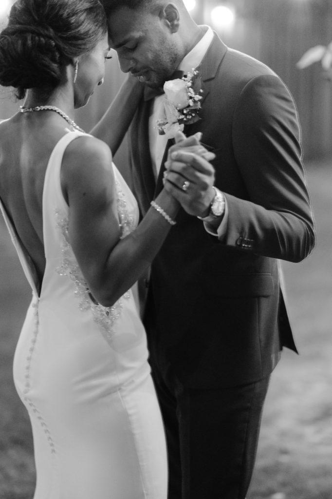 """Duas enfermeiras dizem """"sim"""" ao casamento do pequeno quintal micro durante Covid -19 83"""