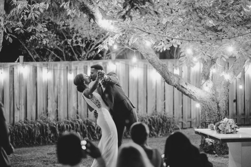 """Duas enfermeiras dizem """"sim"""" ao casamento do pequeno quintal micro durante Covid -19 84"""