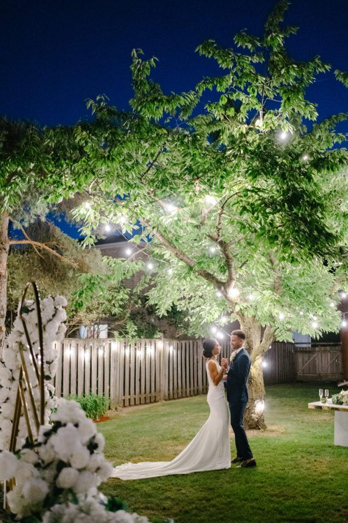 """Duas enfermeiras dizem """"sim"""" ao casamento do pequeno quintal micro durante Covid -19 85"""