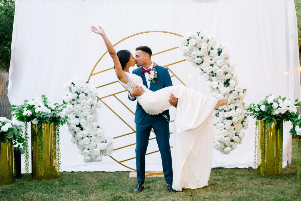 """Duas enfermeiras dizem """"sim"""" ao casamento do pequeno quintal micro durante Covid -19 65"""