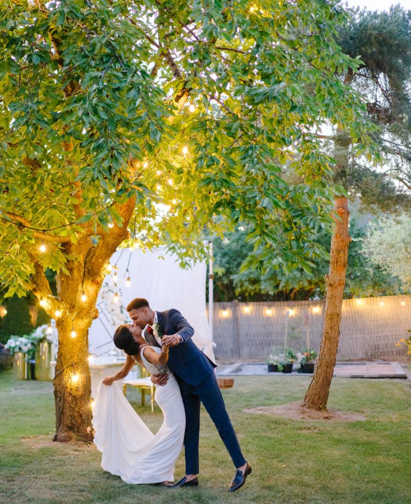 """Duas enfermeiras dizem """"sim"""" ao casamento do pequeno quintal micro durante Covid -19 66"""