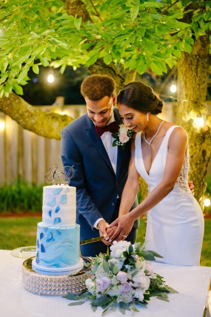 """Duas enfermeiras dizem """"sim"""" ao casamento do pequeno quintal micro durante Covid -19 67"""